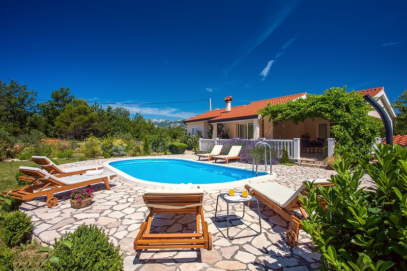 VILLA ANA - Modern 3 bedroom villa with pool and beautiful environment, location de vacances à Kucice