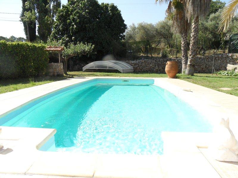 Belle propriété de 180m² avec piscine dans 2000m² de parc arborée, aluguéis de temporada em Galargues