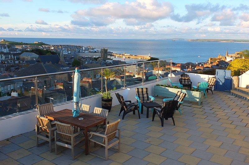 Nuestra gran terraza con vistas panorámicas al puerto y la bahía desde el salón en Atlantic View