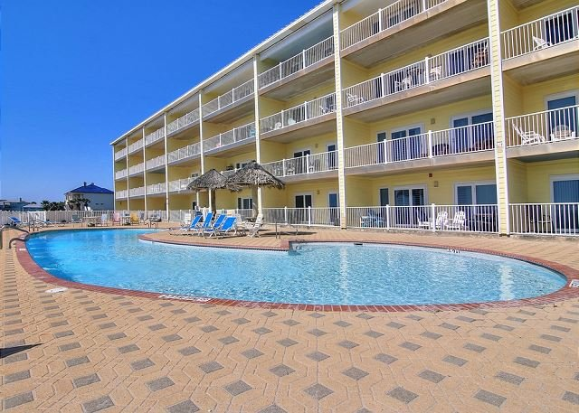Amazing, Beachfront condo! Community Pool! Beautiful Beach!, casa vacanza a Ingleside on the Bay