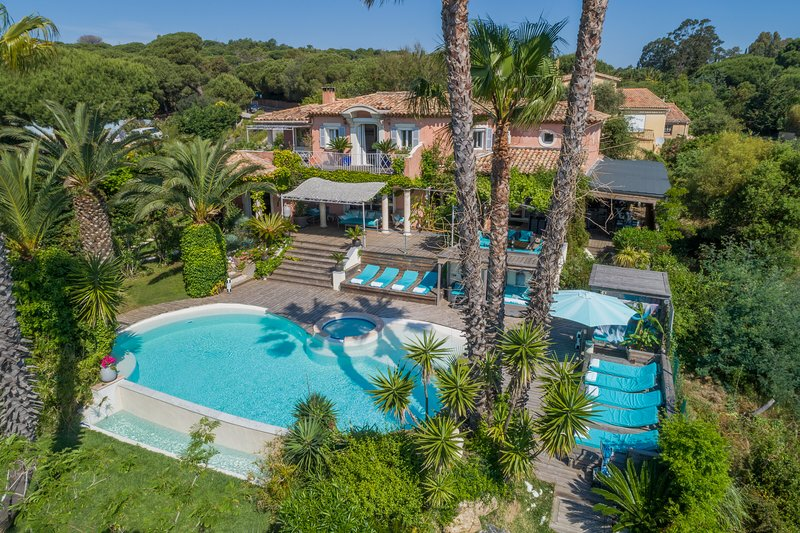 5* villa with 6 bedrooms heated infinity swimming pool jacuzzi sea view beach, holiday rental in Ramatuelle