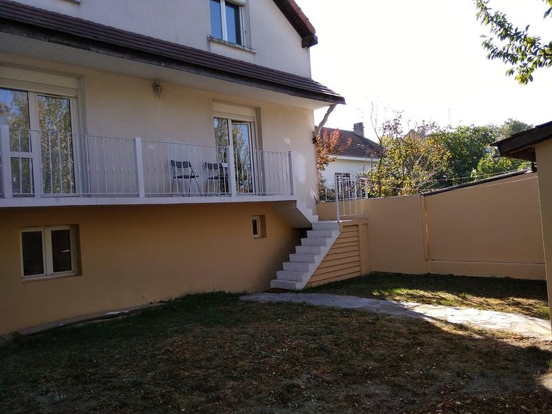 Amazing apt with terrace & balcony, vacation rental in Le Bourget