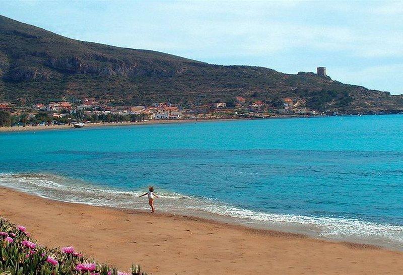 Nice apt with pool access & terrace, location de vacances à La Azohia