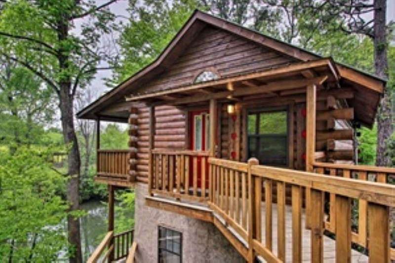 River Rush- Cozy Riverfront Cabin - 5 Mi. to Pigeon Forge!, vakantiewoning in Sevierville