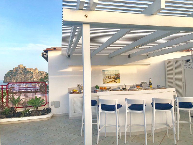 CASA INCANTO ISCHIA- Luxury Sea Rooftop Home - private parking - seaview, casa vacanza a Isola di Ischia