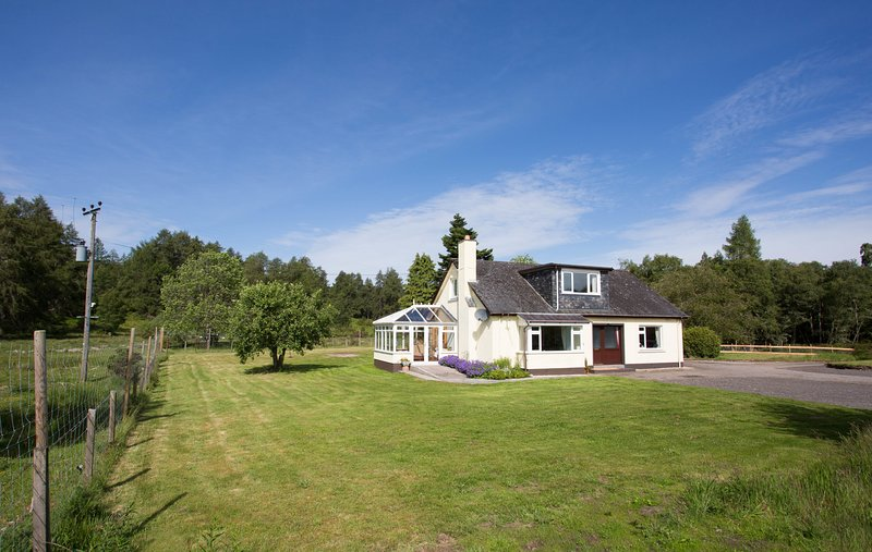 Juniper Hill, near Loch Achilty on the NC500, vacation rental in Contin