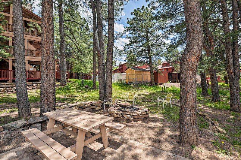 La location de vacances donne accès à un foyer extérieur et à une aire de pique-nique.
