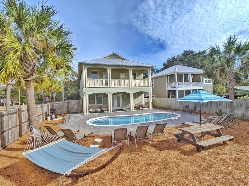 Lazy Palm! Backyard Oasis, Hammock, Picnic Table, Pool Lounges, Large Pool, Grill!