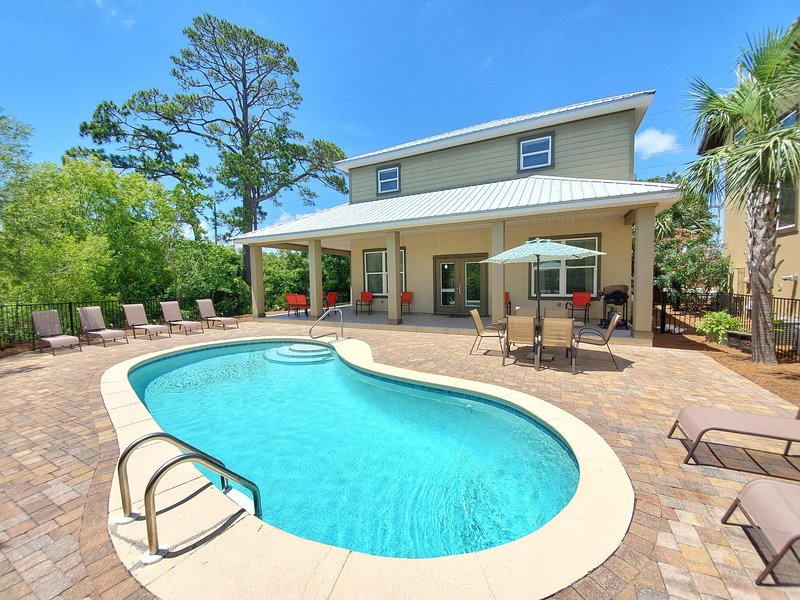Secluded and Quiet Home! Private Pool- Free 6 Seat Golf Cart! 5 Min to Beach!, vacation rental in Miramar Beach