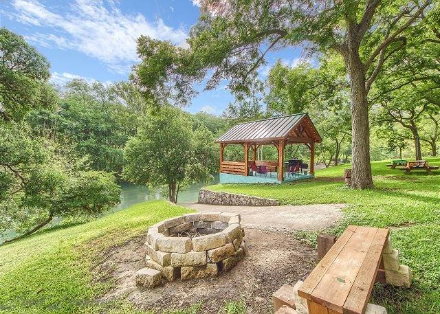 Guadalupe Riverfront on 1 acre, wrap around porches, pavilion, kayaks & more!, aluguéis de temporada em New Braunfels