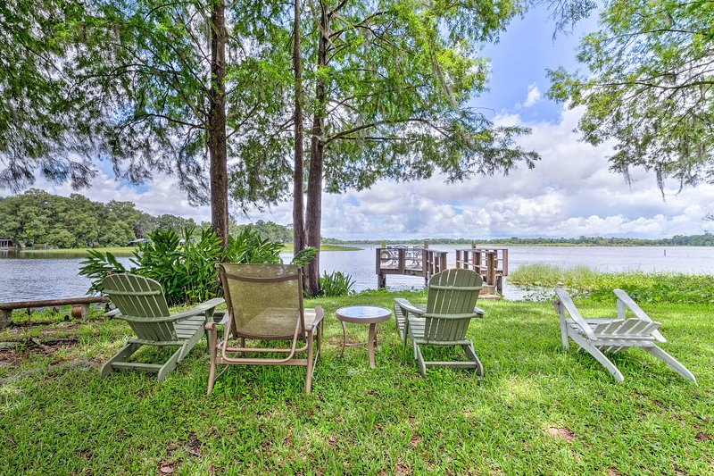 Lakefront Home w/ Dock - 7 Miles to Downtown!, casa vacanza a Inglis