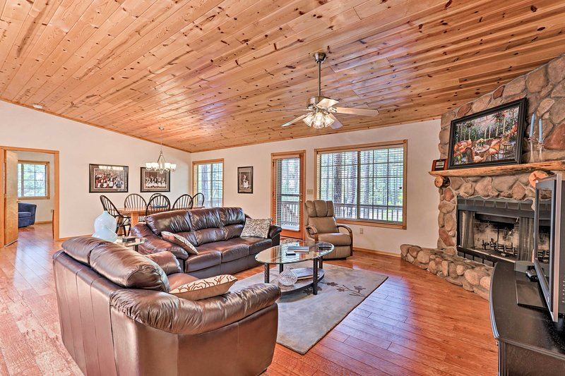 Spacious Home w/Grill + Porch 1Mi to Pinetop Golf!, location de vacances à Vernon