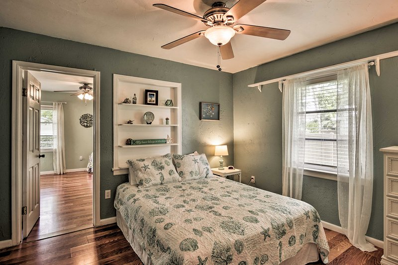 Built-in shelves and soothing shades of green decorate this room!