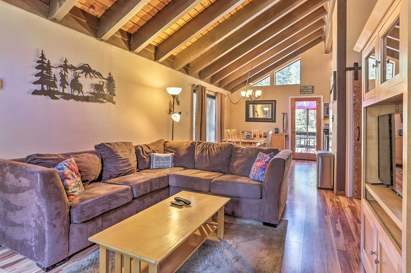 Your Truckee getaway awaits at this charming cabin in a peaceful setting!
