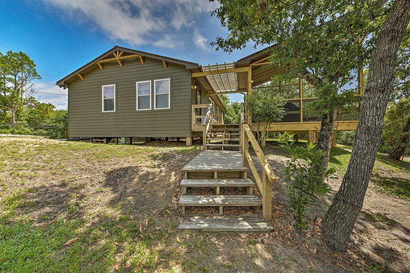 This 2-bedroom, 1-bathroom vacation rental cottage offers accommodations for 4.