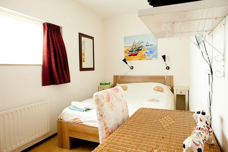Spacious room in cozy house, vacation rental in Huijbergen