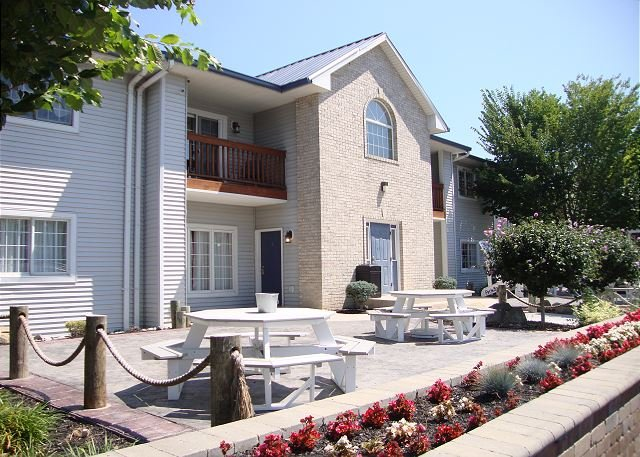 Put-in-Bay Newly Remodeled 2 Bedroom 2 Full Bath Poolview Condo - Sleeps 8, vacation rental in Put in Bay