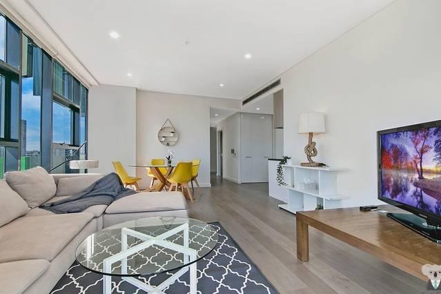 Sala de estar con un cómodo sofá y TV