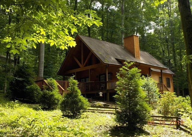 2 Bedroom 2 Bath Cabin w/Loft, Hot Tub, Easy Paved Access, Nearby Stream WIFI, vakantiewoning in Maggie Valley