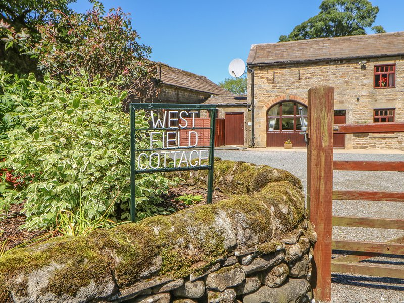 WESTFIELD COTTAGE, pet friendly, character holiday cottage, with a garden in, location de vacances à Mickleton