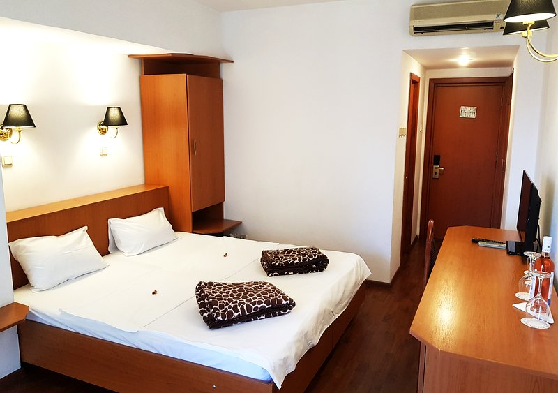 Capricorn's Double Room with extra bed, holiday rental in Costinesti