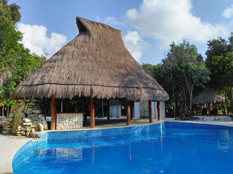 Private house, 4bd, 4 bth, share pool, autocheck in, security 24/7, Wifi,jacuzzi, vakantiewoning in Puerto Morelos