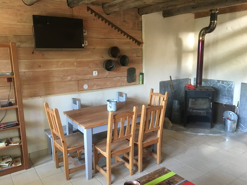 La grange de maurines , meuble de tourisme , gîte d une capacité de 8/10 places, holiday rental in Aumont Aubrac