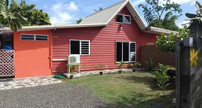 House Maison Near Proche PLAGE SABLE BLANC 5 MINUTES WALK/ FREE PARKING GRATUIT, vacation rental in Papara