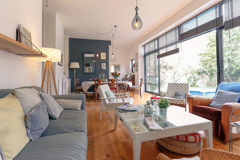 Magnifique maison bordelaise – chaleureuse et spacieuse – Jardin - Piscine, holiday rental in Bouliac
