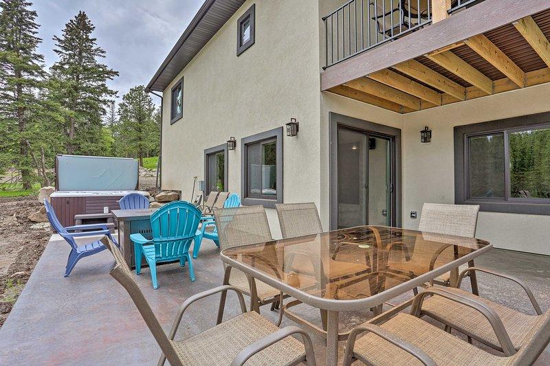 Cette location de vacances avec 5 chambres et 3 salles de bains dispose d'un grand espace extérieur.