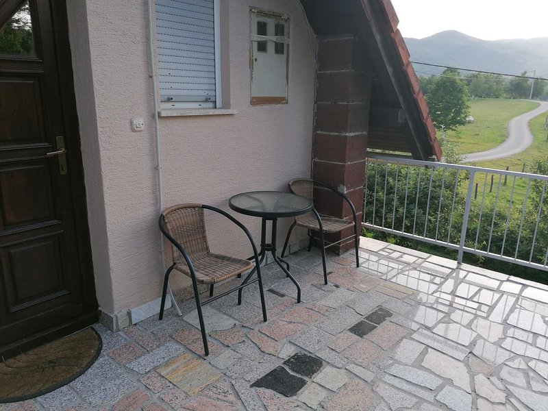 Catrnja Apartment Sleeps 6 with Air Con - 5808091, alquiler de vacaciones en Smoljanac