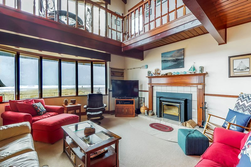 Waterfront home w/ ocean views, hot tub & fireplace - dogs welcome!, holiday rental in Hoquiam