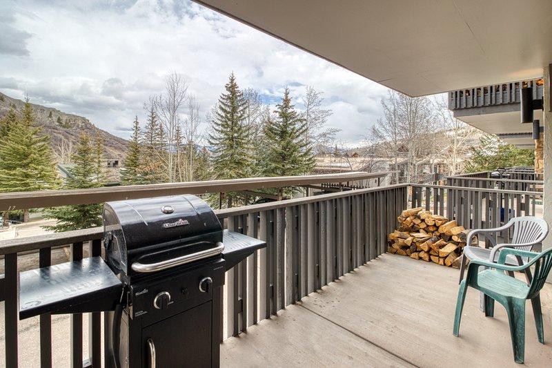 Cozy ski-in/ski-out condo w/ shared pool & hot tub - perfect location!, location de vacances à Snowmass Village