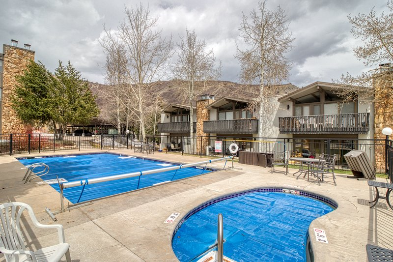 Cozy ski-in/ski-out condo w/ shared pool & hot tub - perfect location! Chalet in Snowmass Village