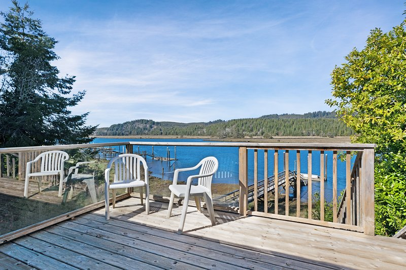 Waterfront cabin-style home with a private dock & furnished deck!, location de vacances à Waldport