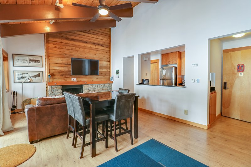 Two studios w/ shared pool, hot tub, gym, & tennis - close to skiing - dogs OK! Chalet in Alpine Meadows