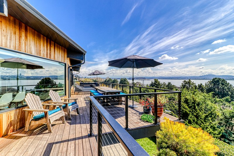 Magnificent home with breathtaking view and the dogs welcome too!, holiday rental in Washougal