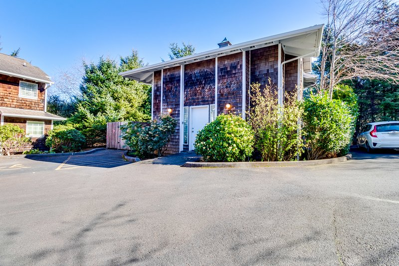 Cozy, dog-friendly condo w/ a full kitchen & nearby beach access!, location de vacances à Cannon Beach
