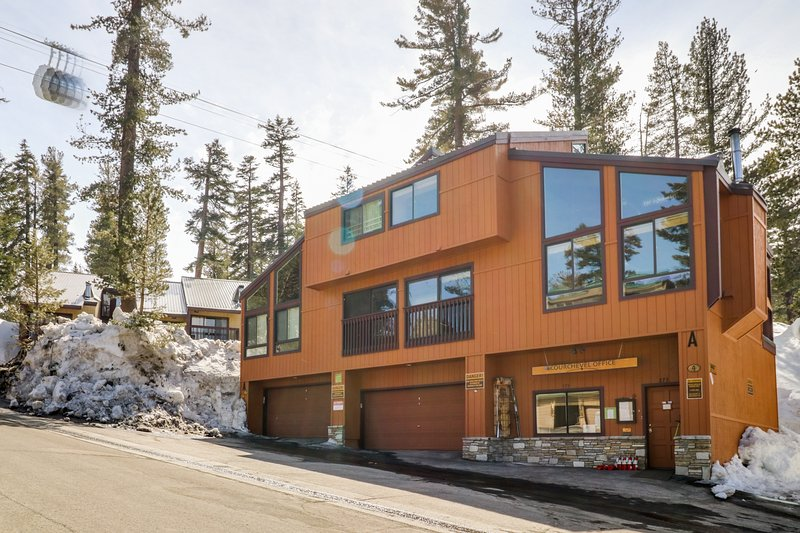 Cozy condo w/ shared pool & hot tub - walk to Canyon Lodge lifts! Chalet in Mammoth Lakes
