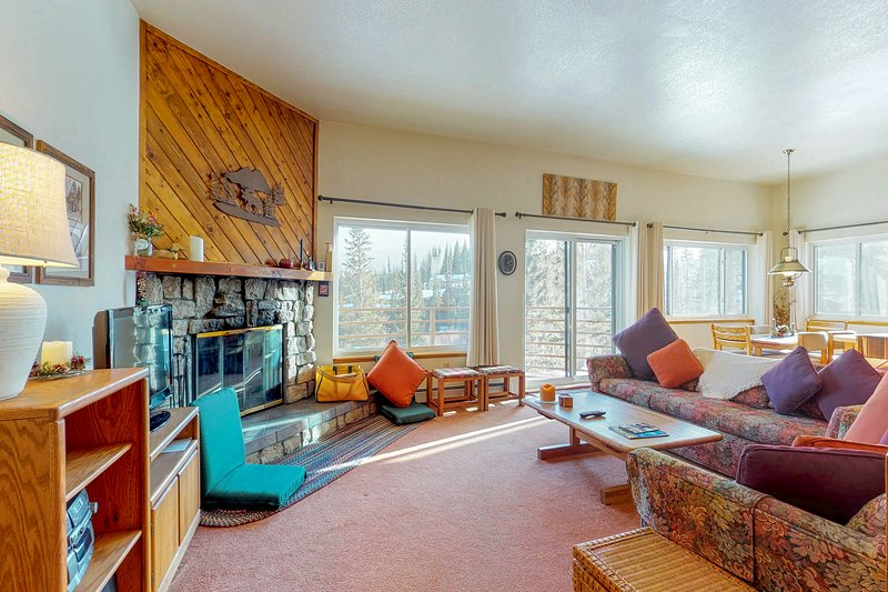 Mountaintop condo w/ private balcony & shared pools/hot tubs/saunas/game room!, vacation rental in Wildernest