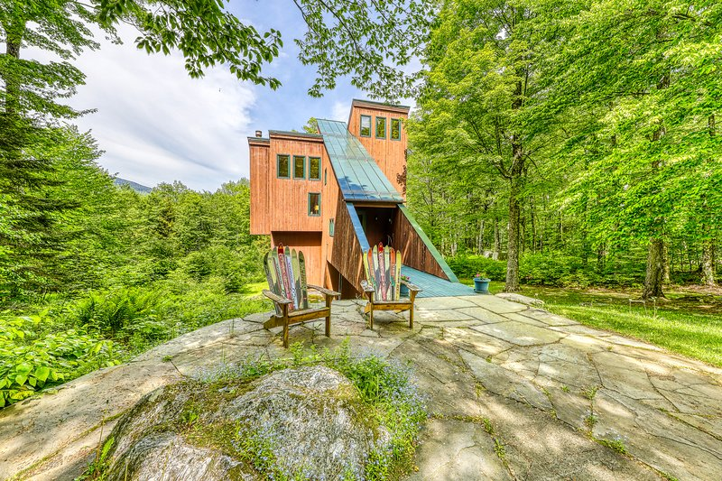 Ski home in the woods w/ a private hot tub, fireplace, & mountain views, vacation rental in Fayston