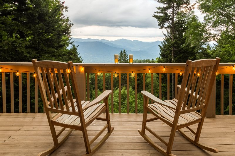 Pet-friendly cabin w/ hot tub & mountain views - fireplace and screened porch!, vacation rental in Balsam