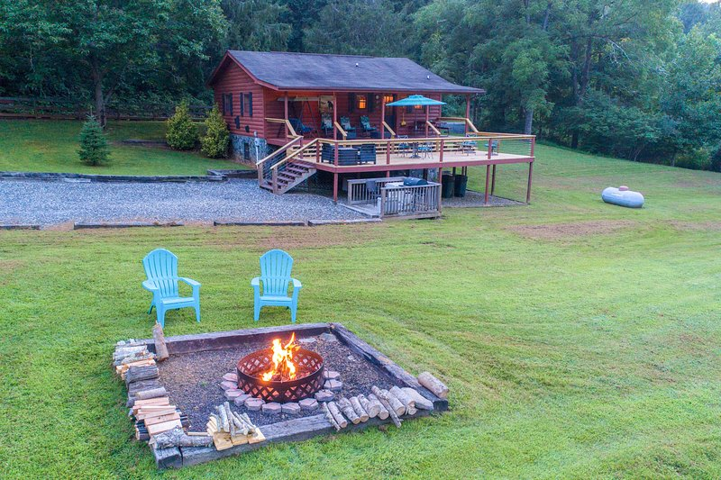 Log cabin with large open deck, seasonal fireplace & picnic gazebo!, holiday rental in Bryson City