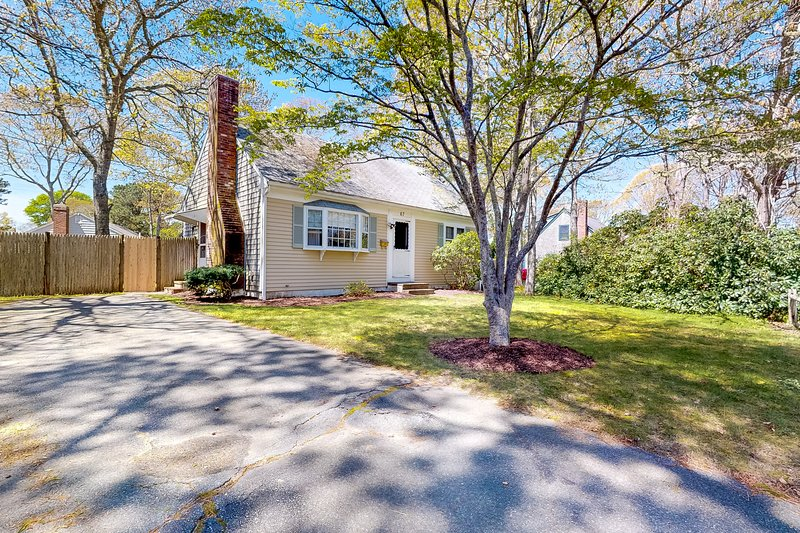 Comfortable, dog-friendly cottage w/ gas grill & sun room - close to the water!, vacation rental in West Yarmouth