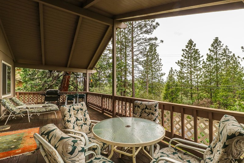 Lovely home w/access to a pool, tennis, golf  & minutes from Pine Mountain Lake!, vacation rental in Coulterville