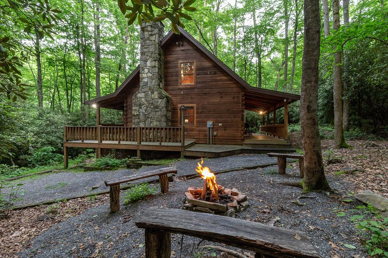 Sheltered log cabin w/ wrap-around porch - hot tub & stone fireplace!, vacation rental in Whittier