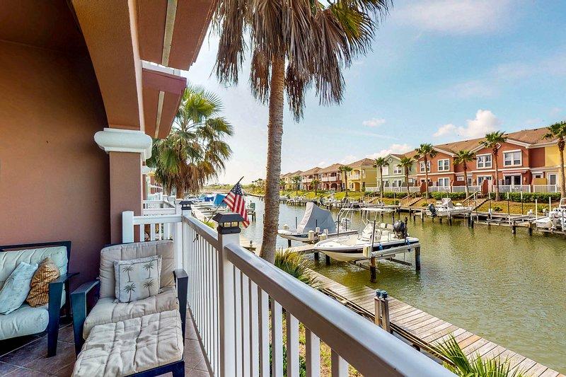 Charming, waterfront townhouse w/ shared pools, hot tub, dock, & gym!, alquiler de vacaciones en Laguna Vista