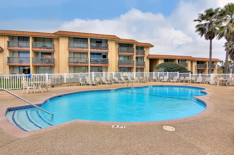 Cozy condo w/ shared heated pool/tennis/picnic area - steps to beach!, location de vacances à Port Aransas