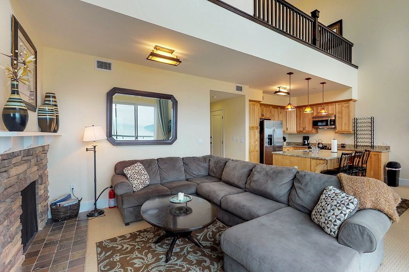 Lakefront penthouse w/ views of the lake & shared dock/pool/hot tub!, holiday rental in Ponderay