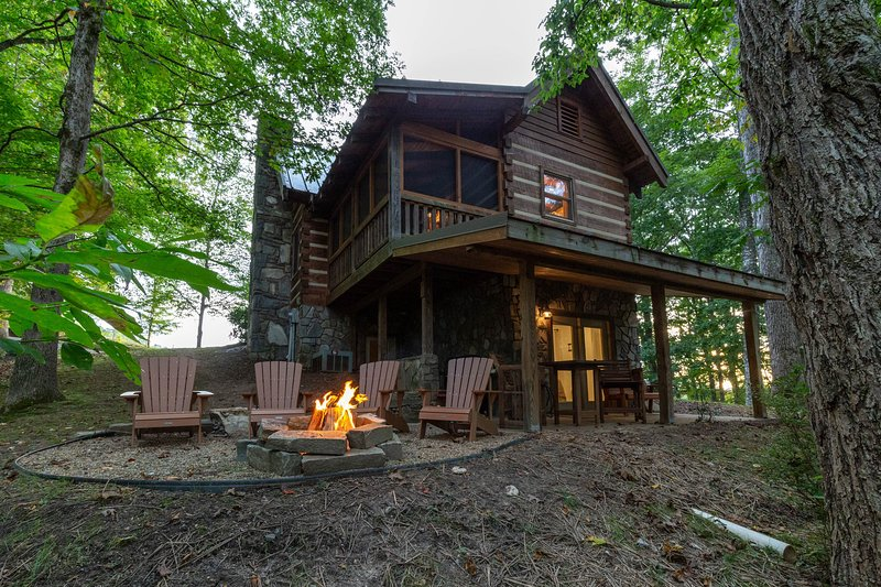 Log home in private neighborhood with covered porch & fireplace, holiday rental in Cherokee
